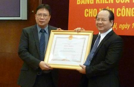 Giáo sư Châu Văn Minh, Ủy viên TW Đảng, Chủ tịch Viện KH CN Việt Nam trao Bằng khen của Thủ tướng Chính phủ cho GS.TS Hoàng Quang Thuận, Viện trưởng Viện Công nghệ viễn thông.