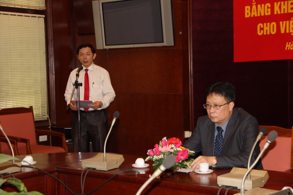 PGS. Phan Văn Kiệm, Trưởng Ban Tổ chức – cán bộ công bố Quyết định số 1899/QĐ-TTg ngày 27/10/2011 của Thủ tướng Chính phủ  trao tặng Bằng khen cho Viện Công nghệ viễn thông