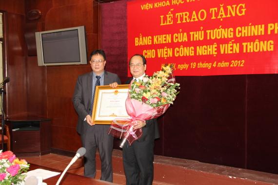 GS. Châu Văn Minh, Chủ tịch Viện KHCNVN thừa uỷ quyền Thủ tướng Chính phủ trao tặng Bằng khen cho Viện Công nghệ viễn thông