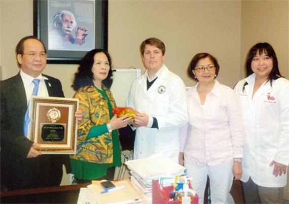 Ảnh: Đại diện của Thị trưởng – ông Tony Calixto trao tặng bằng khen và Kỷ niệm chương của Thành phố Pasay, Philippines cho GS. Hoàng Quang Thuận