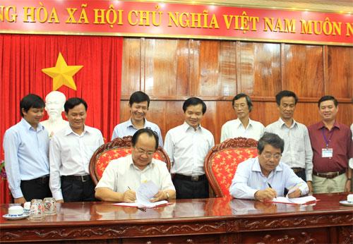 Chủ tịch UBND tỉnh Trương Tấn Thiệu (bìa phải) và GS-TS Hoàng Quang Thuận - Viện trưởng Viện Công nghệ Viễn thông (bìa trái) ký kết chương trình thỏa thuận hợp tác.