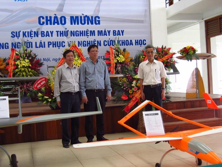 Đại diện lãnh đạo Viện Hàn lâm KHCNVN tham dự buổi lễ chào mừng sự kiện bay thử nghiệm máy bay không người lái phục vụ nghiên cứu khoa học