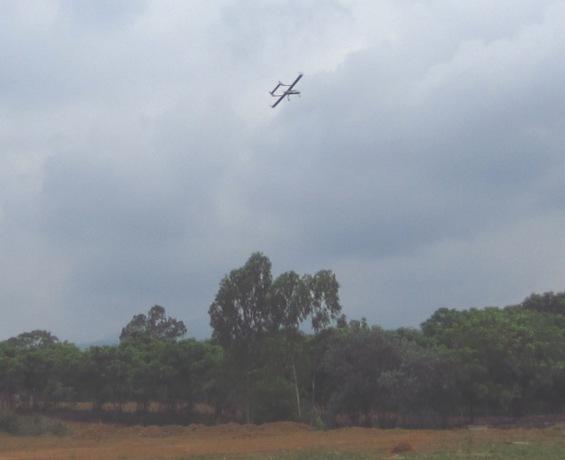 Máy bay không người lái cất cánh trên bầu trời