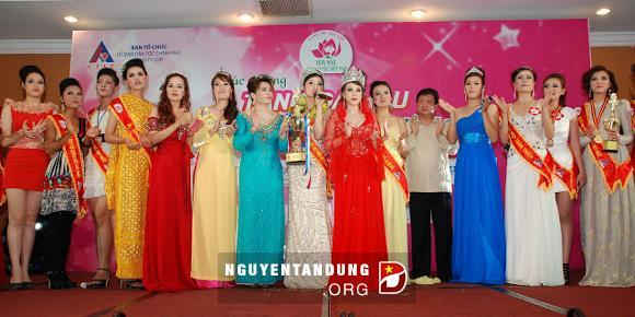 """Duy Thanh Lập (mặc đầm màu đỏ) về Việt Nam với vai trò là một doanh nhân và Hoa hậu áo dài được nhiều người """"ngưỡng mộ""""."""