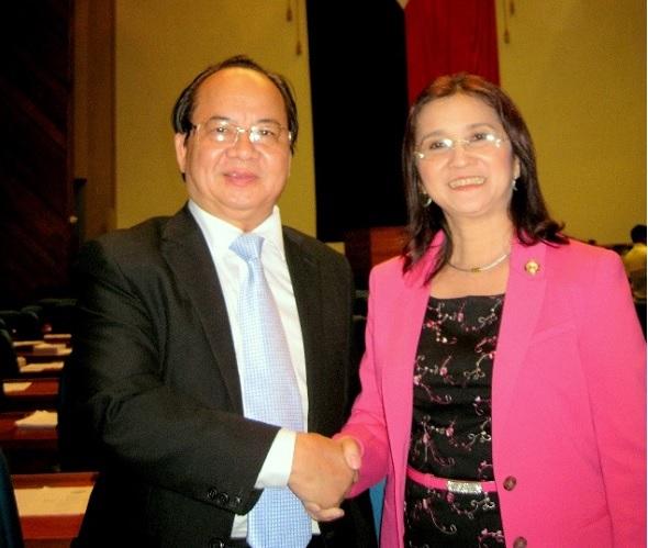 Thượng Nghị Sĩ Emi Calixto-Rubiano trao Bằng Danh dự và chúc mừng GS. TS Hoàng Quang Thuận tại Hội trường Quốc hội Philippines ngày 14/08/2013.