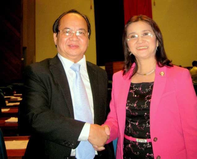 Thượng nghị sĩ Emi Calixto - Rubiano trao Bằng Danh dự và chúc mừng GS. TS Hoàng Quang Thuận