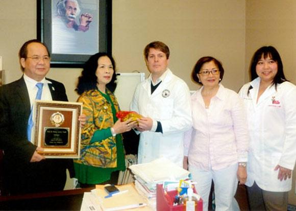 Đại diện của Thị trưởng - ông Tony Calixto trao tặng Bằng khen và Kỷ niệm chương của thành phố Pasay, Philippines cho GS.TS Hoàng Quang Thuận.