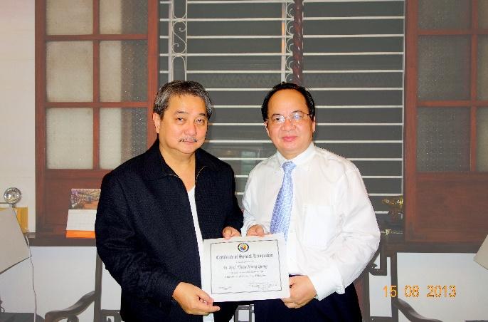 Thị trưởng Hon. Antonino G. Calixto trao Bằng Danh dự đặc biệt của Thành phố Pasay (Philippines) cho GS. TS. Hoàng Quang Thuận