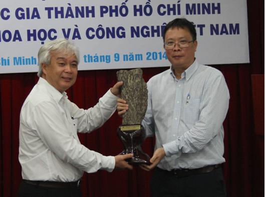 Chủ tịch Châu Văn Minh trao tặng quà lưu niệm cho Giám đốc Phan Thanh Bình