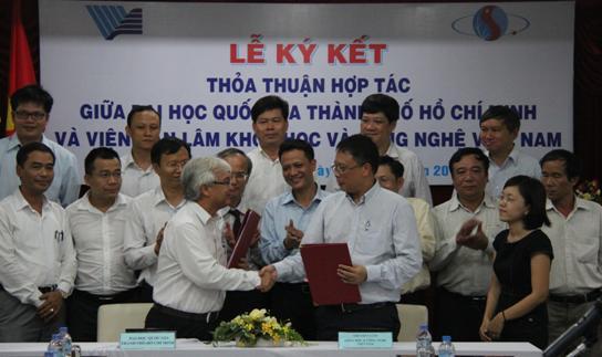 Chủ tịch Châu Văn Minh và Giám đốc Phan Thanh Bình ký thỏa thuận hợp tác giai đoạn 2014 - 2019