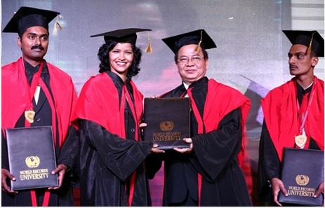 Thay mặt Hội đồng Giáo sư Đại học Kỷ lục Thế giới WRU, Giáo sư Hoàng Quang Thuận trao bằng Tiến sĩ danh dự cho thành viên đến từ Ấn Độ
