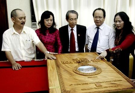 Tác giả Hoàng Quang Thuận (thứ hai từ phải sang) giới thiệu về độc bản Hoa Lư Thi Tập (Ảnh: Chính Phủ)