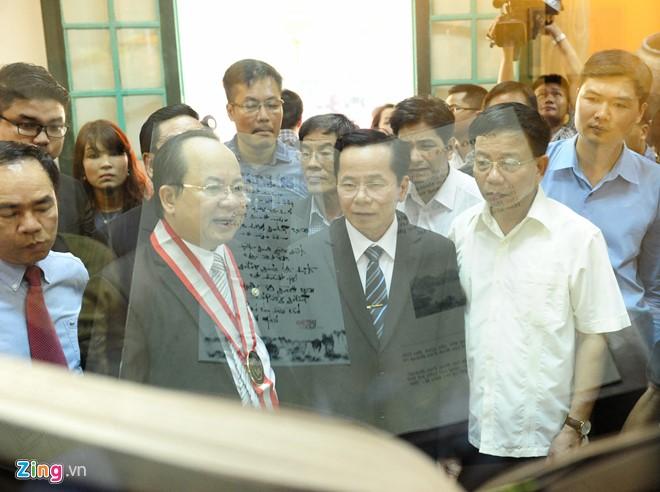 Sáng 5/5, buổi lễ trao bằng kỷ lục độc bản thế giới cho cuốn sử thi Hoa Lư thi tập của Giáo sư, Viện sĩ Hoàng Quang Thuận được tổ chức tại Hoàng thành Thăng Long (Hà Nội).