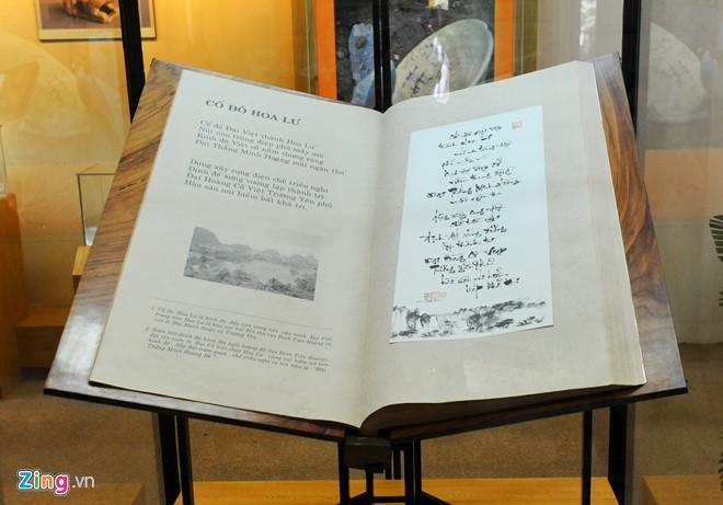 Sử thi Hoa Lư thi tập gồm 121 bài thơ về cố đô Hoa Lư của Giáo sư, Viện sĩ Hoàng Quang Thuận miêu tả cảnh đẹp đặc sắc của vùng núi Tràng An, Bái Đính. Cuốn sách được viết bằng nghệ thuật thư pháp mang giá trị độc bản, được họa sĩ Trần Quốc Ẩn chế tác với kích thước 109 cm x 70 cm x 10 cm, gồm 270 trang. Bìa sách làm bằng gỗ đỏ quý hiếm, chạm khắc công phu hình rồng... Các bài thơ được thể hiện bằng chữ thư pháp viết tay trên giấy giả da, đi kèm 120 bức ảnh của nhiếp ảnh gia Phạm Tú.