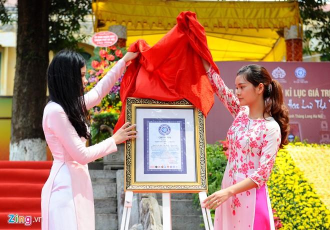 Năm 2010, Giáo sư, viện sĩ Hoàng Quang Thuận đã trao tặng cuốn sách độc bản cho UBND thành phố Hà Nội để trưng bày tại khu di tích Hoàng thành Thăng Long. Và trong năm đó, cuốn sách cũng được tổ chức Kỷ lục Việt Nam trao kỷ lục độc bản.