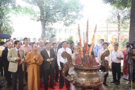 Các đại biểu tham dự buổi lễ dâng hương tại Điện Kính Thiên