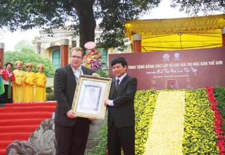 Ông Thomas Bains – Hiệu trưởng ĐH Kỷ lục thế giới – trao Bằng Kỷ lục thế giới cuốn