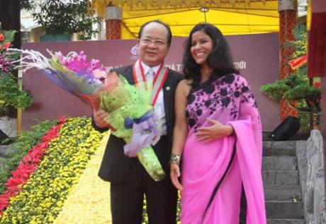 Đại diện Liên minh Kỷ lục thế giới trao Kỷ niệm chương cho GS.Viện sĩ Hoàng Quang Thuận