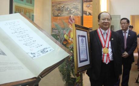 GS.Viện sĩ Hoàng Quang Thuận bên độc bản