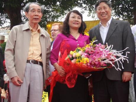 Thứ trưởng Bộ GD&ĐT Nguyễn Thị Nghĩa (giữa) đến tặng hoa chúc mừng tác giả