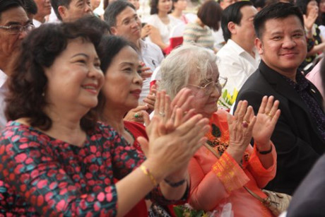 Tham dự buổi lễ đặc biệt này, bên cạnh các quan khách còn có thân mẫu và người thân của GS.Viện sĩ Hoàng Quang Thuận