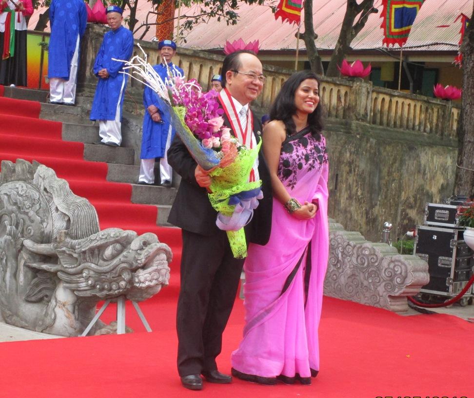 Bà Kalpana Bourai - Đại diện Liên minh Kỷ lục Thế giới trao kỷ niệm chương và hoa đến GS. Viện sĩ Hoàng Quang Thuận