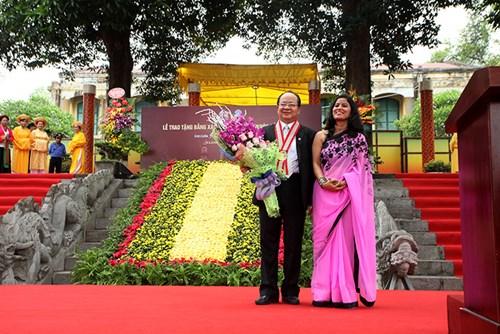 Đại diện Liên minh kỷ lục Thế giới chúc mừng GS Hoàng Quang Thuận