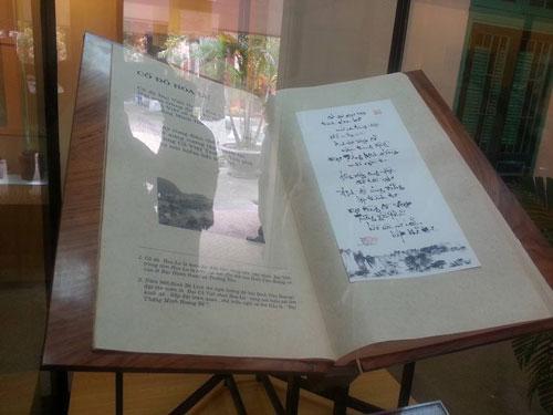 Sử thi Hoa Lư thi tập gồm 121 bài thơ về cố đô Hoa Lư của Giáo sư, Viện sĩ Hoàng Quang Thuận miêu tả cảnh đẹp đặc sắc của vùng núi Tràng An, Bái Đính. Cuốn sách được viết bằng nghệ thuật thư pháp mang giá trị độc bản