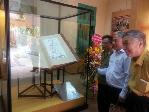 Gian trưng bày cuốn sách đón nhận nhiều khách tham quan