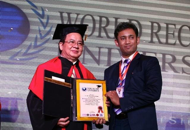 Hội Đồng GS: Ngài Chủ tịch Biswaroop Roy Chowdhury trao bằng công nhận GS. Hoàng Quang Thuận là thành viên Hội đồng Giáo sư kiêm Hội đồng Cố vấncủa Đại học Kỷ lục Thế giới WRU;