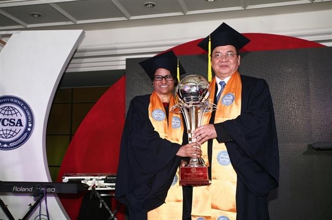 GS.TS. Sunita Gandhi và GS.TS. Hoàng Quang Thuận nhận cúp Biểu tượng Viện Hàn lâm Khoa học Thế giới (WCSA);