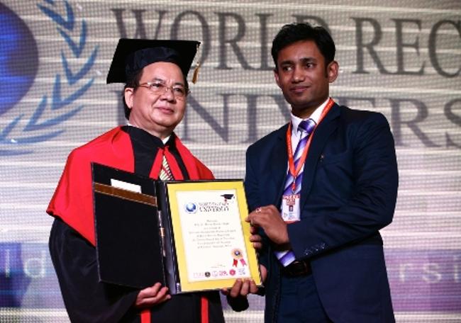 Hội đồng Giáo sư: Ngài Chủ tịch Biswaroop Roy Chowdhury trao bằng công nhận GS Hoàng Quang Thuận là Thành viên Hội đồng Giáo sư kiêm Hội đồng cố vấn của Đại học Kỷ lục Thế giới WRU
