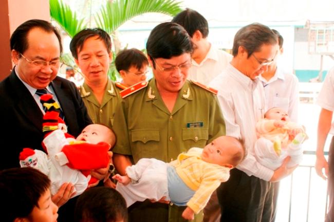GS.VS Hoàng Quang Thuận trong một chuyến đi từ thiện