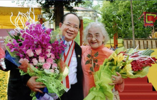 Bà Nguyễn Thị Kim Yến 95 tuổi hậu duệ ngự y triều Nguyễn - mẹ GS.VS Hoàng Quang Thuận trong buổi lễ đón nhận kỷ lục thế giới