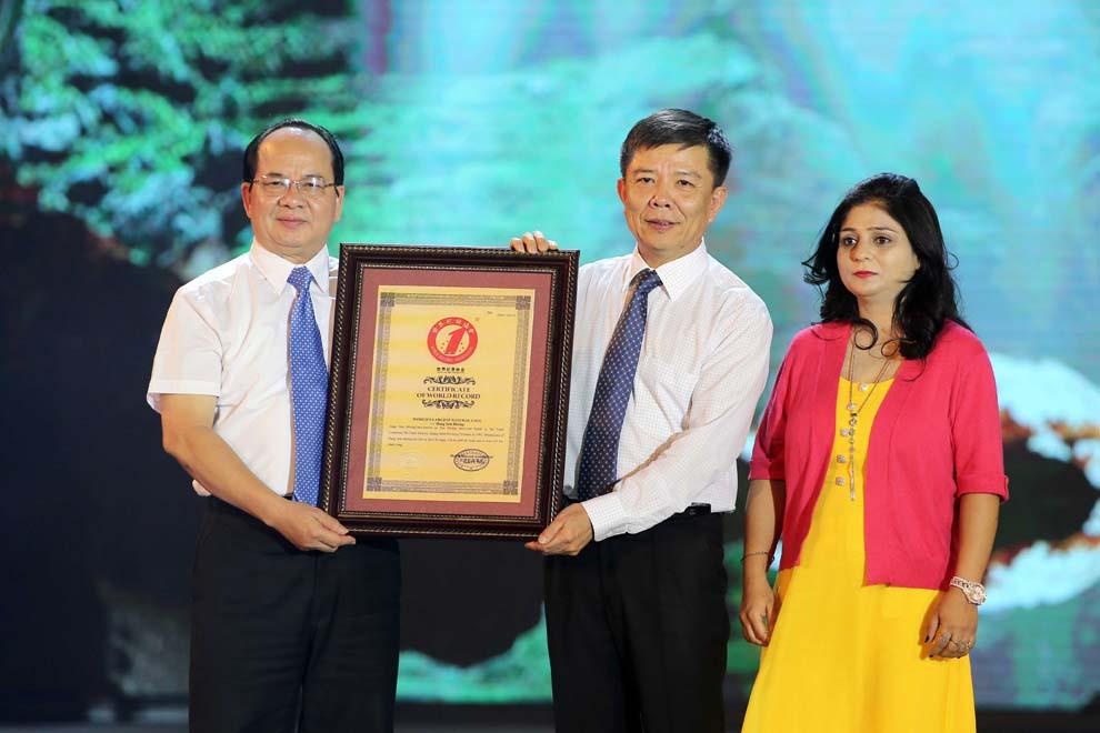 Ông Nguyễn Hữu Hoài, Chủ tịch UBND tỉnh Quảng Bình (giữa) nhận bằng kỷ lục cho hang Sơn Đoòng từ ông Hoàng Quang Thuận, thành viên Hội đồng sáng lập Tổ chức Kỷ lục VN và bà Jyoti Vats, Phó tổng thư ký Liên minh Kỷ lục thế giới