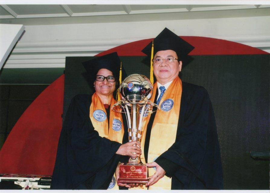 GS.VS Sunita Gandhi và GS.VS Hoàng Quang Thuận nhận cúp biểu tượng Viện Hàn lâm Khoa học Thế giới