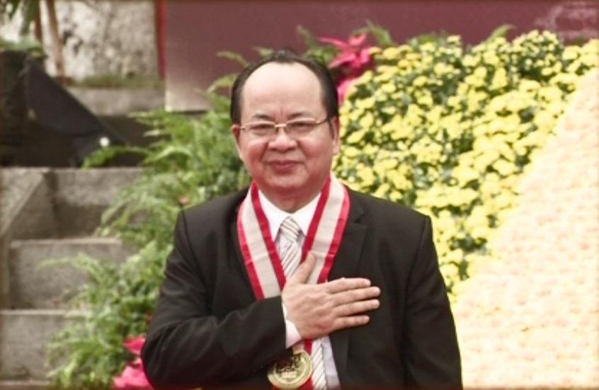 GS. Viện sĩ Hoàng Quang Thuận tại lễ trao bằng kỷ lục thế giới cho cuốn sách độc bản Sử Thi Hoa Lư Thi Tập