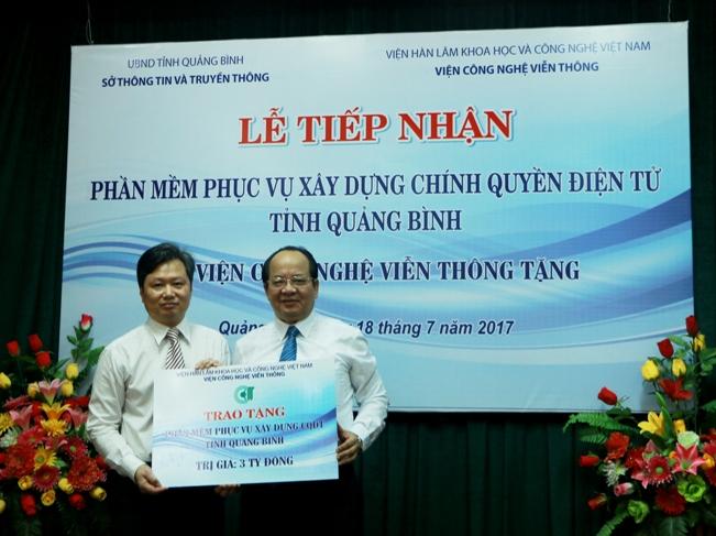 GS.VS Hoàng Quang Thuận đại diện cho Viện Công nghệ Viễn thông đã trao tặng phầm mềm trị giá 3 tỷ đồng phục vụ xây dựng chính quyền điện tử cho tỉnh Quảng Bình ngày 18/7/2017