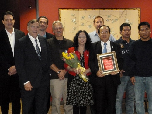 Ông David Janisch Tổng Giám Đốc và các thành viên của Tập đoàn Y khoa Laze Hoa Kỳ trao tặng Bằng khen cho GS.TS Hoàng Quang Thuận