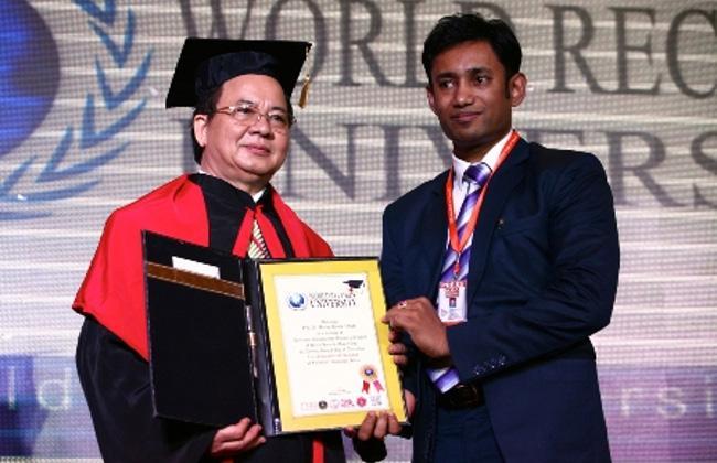 Hội Đồng GS: Ngài Chủ tịch Biswaroop Roy Chowdhury trao bằng công nhận GS.VS Hoàng Quang Thuận là thành viên Hội đồng Giáo sư kiêm Hội đồng Cố vấn của Đại học Kỷ lục Thế giới WRU