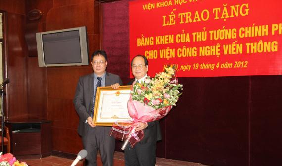 GS.VS Châu Văn Minh Viện trưởng Viện Hàn Lâm Khoa học và Công nghệ Việt Nam trao bằng khen của Thủ tướng Chính phủ cho Viện Công Nghệ Viễn thông