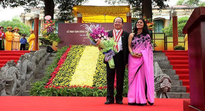 Bà Kalpana Bourai – Đại diện Liên minh Kỷ lục Thế giới trao Kỷ niệm chương đến GS.Viện sĩ Hoàng Quang Thuận
