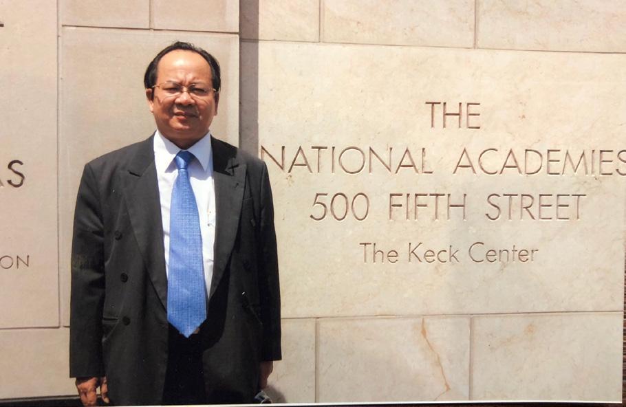 GS.VS Hoàng Quang Thuận tại Viện Hàn lâm Khoa học Quốc gia Hoa Kỳ năm 2000