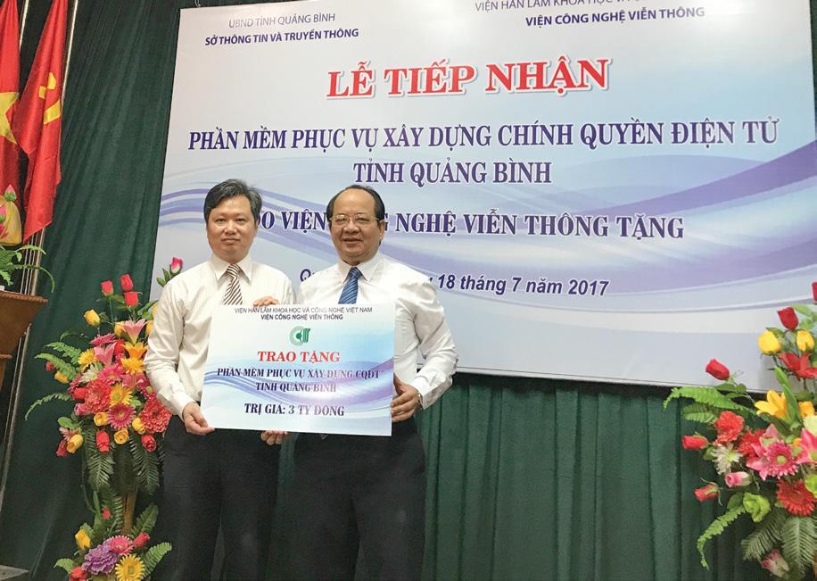 GS.VS Hoàng Quang Thuận đại diện cho Viện Công nghệ Viễn thông đã trao tặng phần mềm trị giá 3 tỷ đồng phục vụ xây dựng chính quyền điện tử cho tỉnh Quảng Bình ngày 18/7/2017