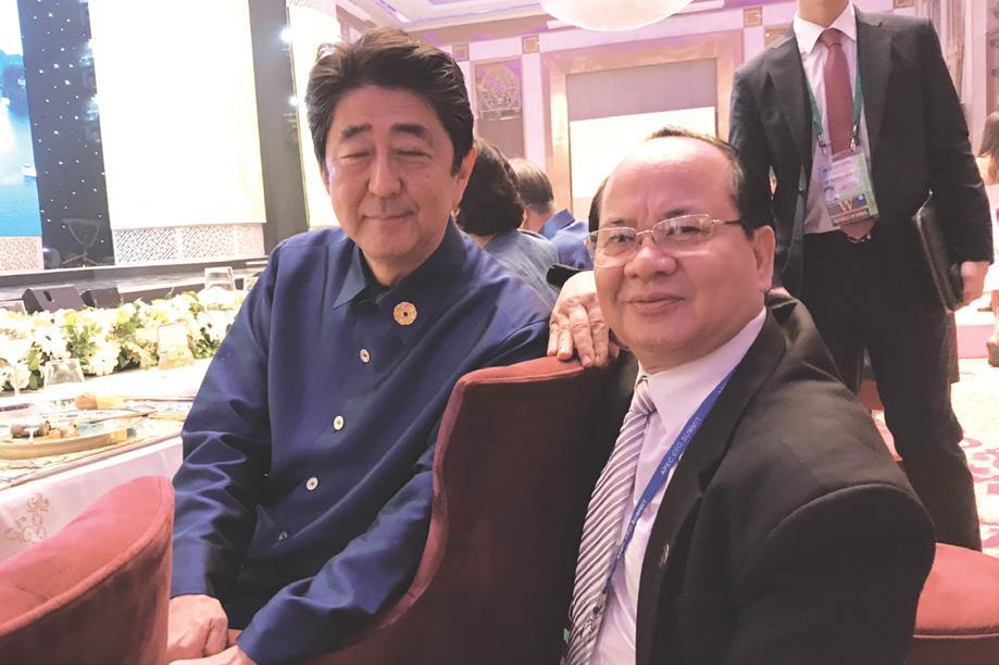 GS.VS Hoàng Quang Thuận chụp ảnh lưu niệm cùng Thủ tướng Nhật Bản Shinzo Abe tại Hội nghị Thượng đỉnh APEC 2017