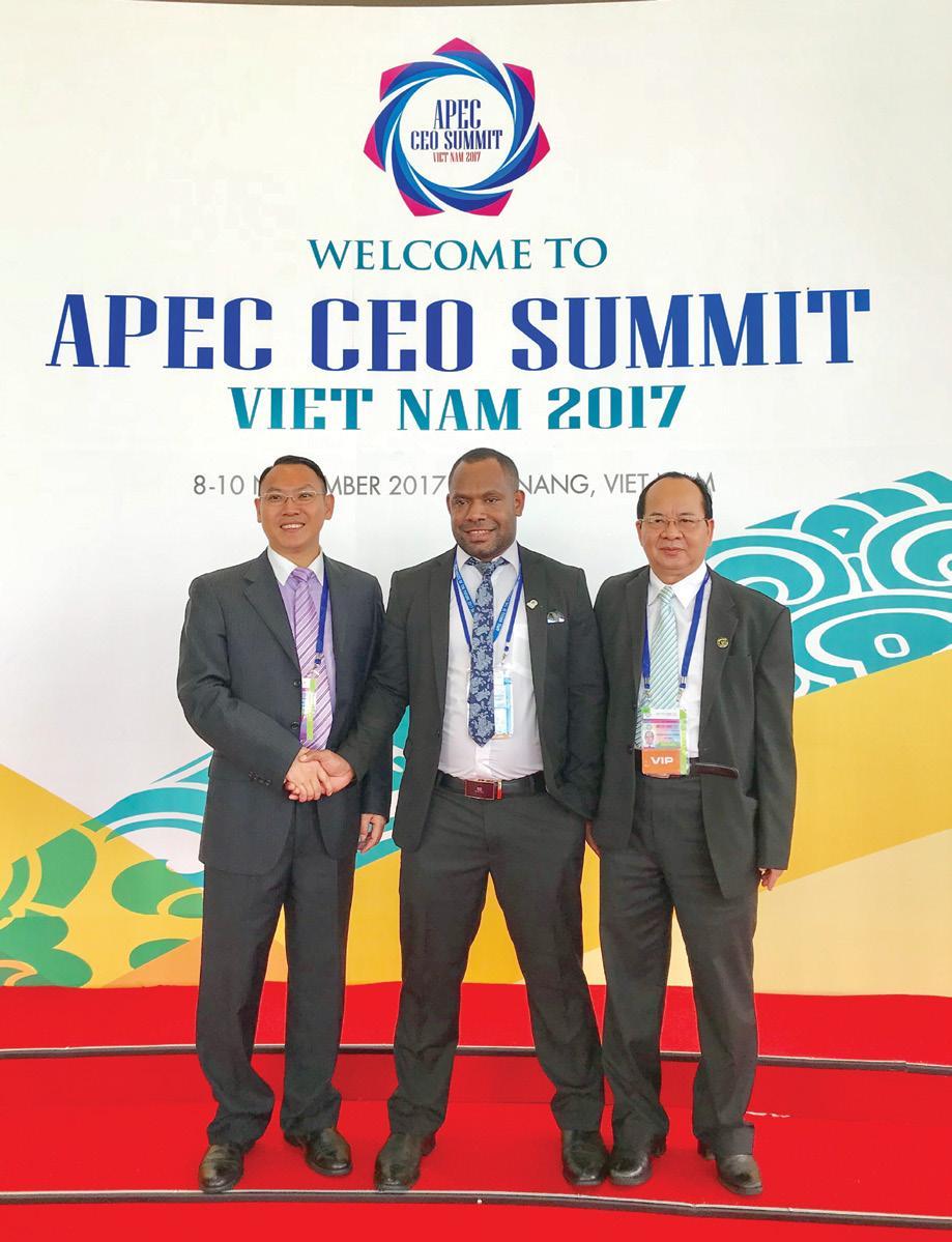 GS.VS Hoàng Quang Thuận chụp ảnh cùng các đại biểu Peru tham gia Tuần lễ cao cấp APEC 2017