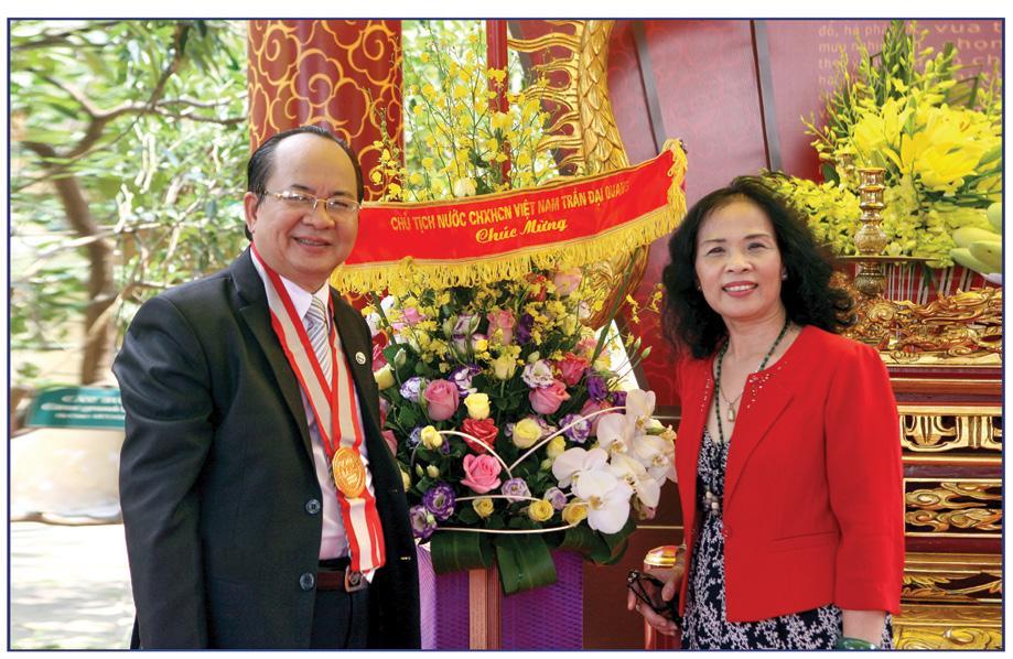 GS.VS Hoàng Quang Thuận và phu nhân Phan Thị Kim Thanh - hậu duệ vương triều Nguyễn trong buổi lễ ngày 5/5/2016 tại Hoàng Thành Thăng Long Hà Nội