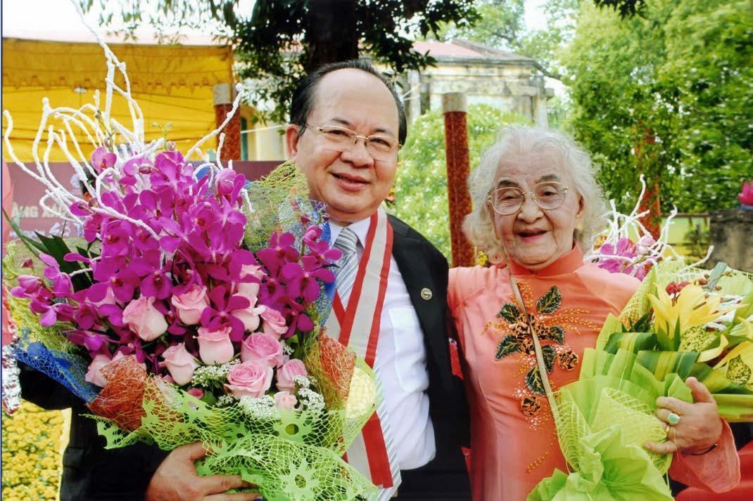 GS.VS Hoàng Quang Thuận và Thân mẫu Nguyễn Thị Kim Yến 95 tuổi trong buổi lễ đón nhận kỷ lục Thế giới, ngày 5.5.2016 tại Hoàng Thành Thăng Long Hà Nội - Di sản Văn hóa Thế giới được UNESCO công nhận