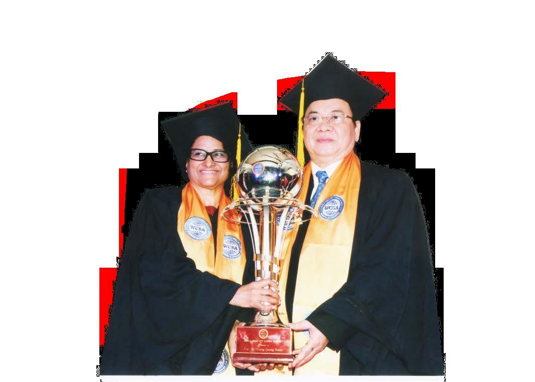 GS.VS Sunita Gandhi và GS.VS Hoàng Quang Thuận nhận cúp biểu tượng Viện Hàn lâm Khoa học Sáng tạo Thế giới