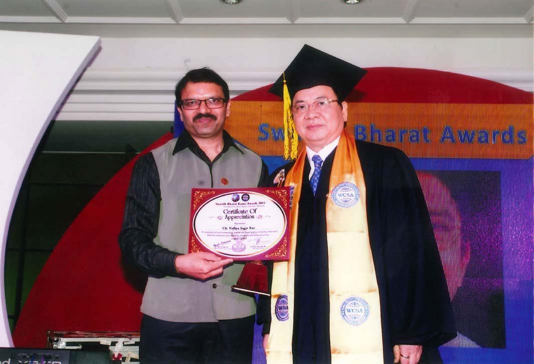 GS.VS Hoàng Quang Thuận trao đĩa vàng của Viện Hàn lâm Khoa học Sáng tạo Thế giới